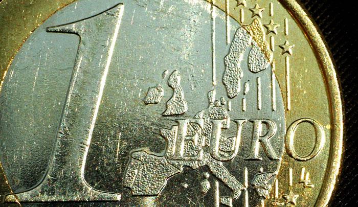 Евро впервые превысил 73 рубля