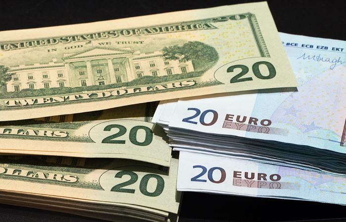 Доллар и евро существенно отступили от пиковых значений