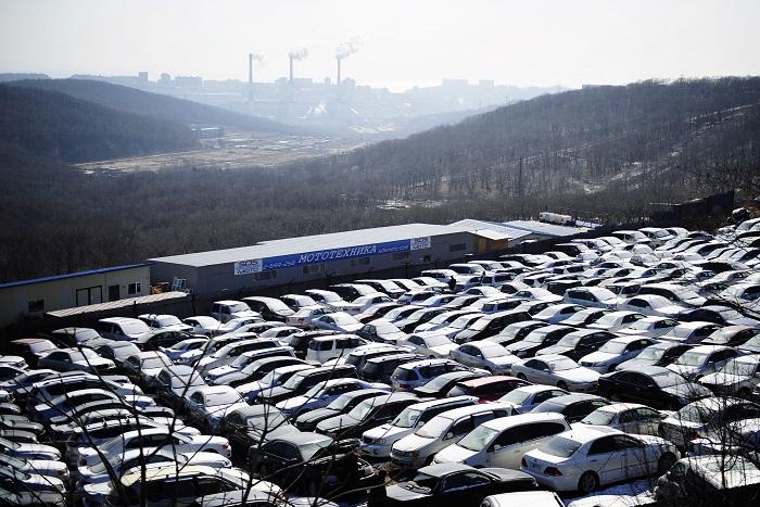 Обвал рубля частично парализовал продажи автомобилей в России