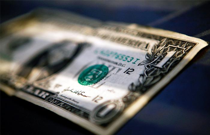 Доллар вырос при открытии на четыре рубля