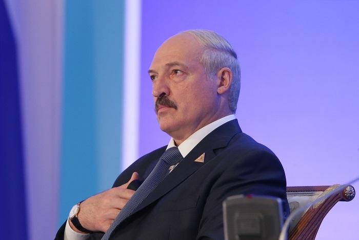 """Лукашенко объяснил ограничение поставок товаров в РФ """"безмозглой"""" политикой"""