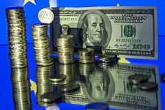 Доллар упал ниже 52 рублей впервые со 2 декабря