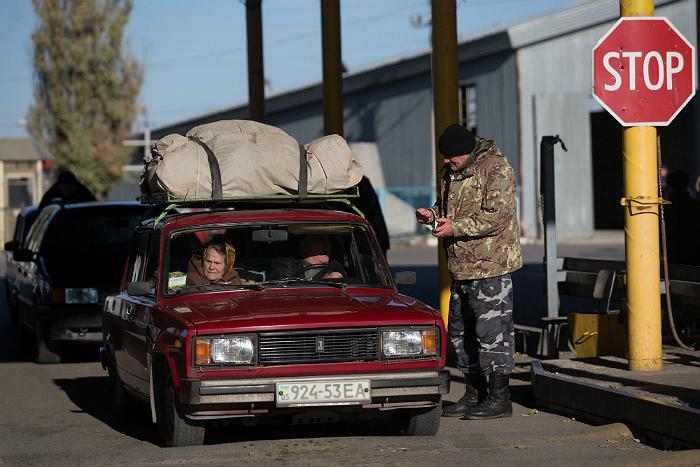 Легковые машины после перерыва стали пускать с территории Украины в Крым