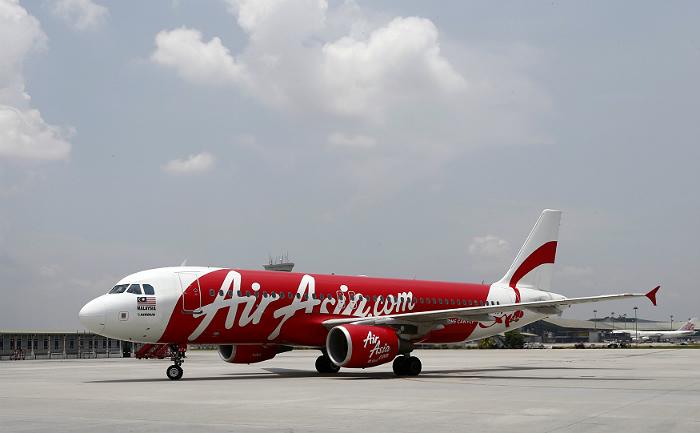 Поиски пропавшего самолета AirAsia прервали из-за темноты