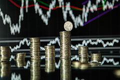 Рубль немного укрепился к доллару и евро при открытии 9 января