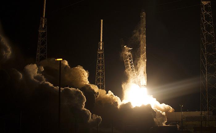 """Американский космический корабль """"Дрэгон"""" успешно стартовал к МКС"""