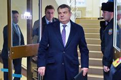 """Сердюков рассказал о продаже """"ненужных"""" предприятий"""