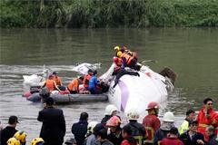 При падении самолета в реку на Тайване погибли 12 человек