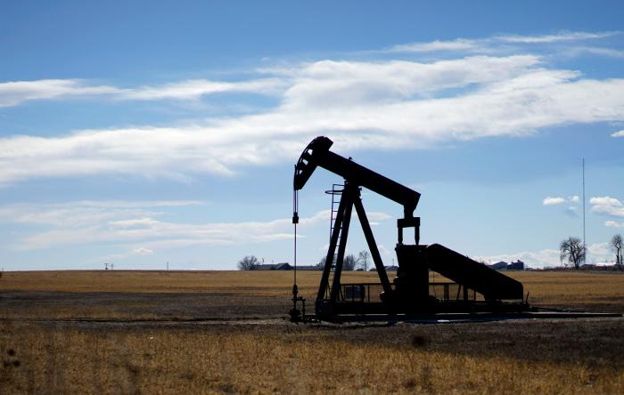 Цена на нефть слабо выросла после обвала в среду