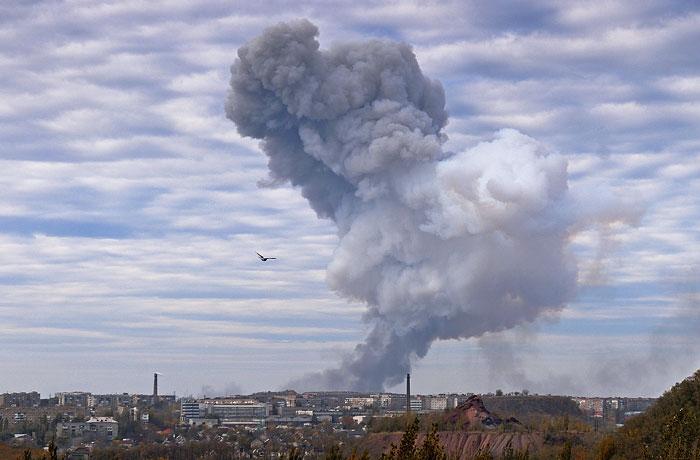 В Донецке в результате обстрела загорелся химический завод
