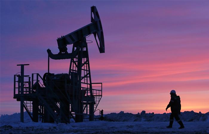 НЕФТЯНЫЕ ФЬЮЧЕРСЫ: Цена на нефть испытывают давление со стороны более сильного доллара