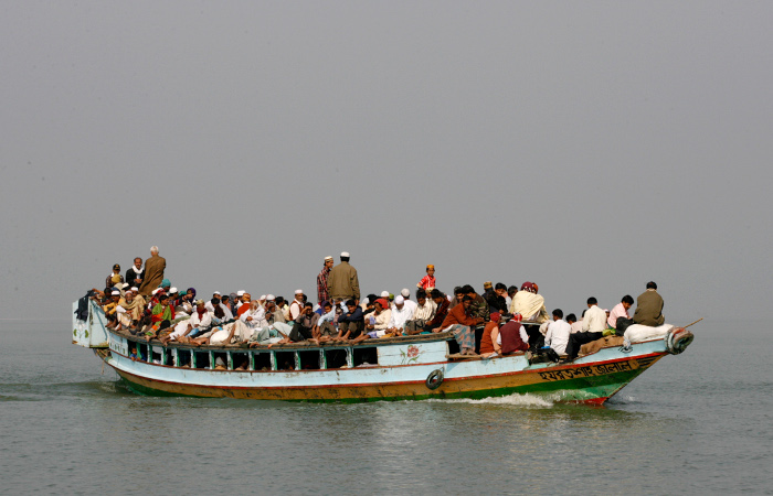 Число погибших при аварии парома в Бангладеш достигло 66 человек
