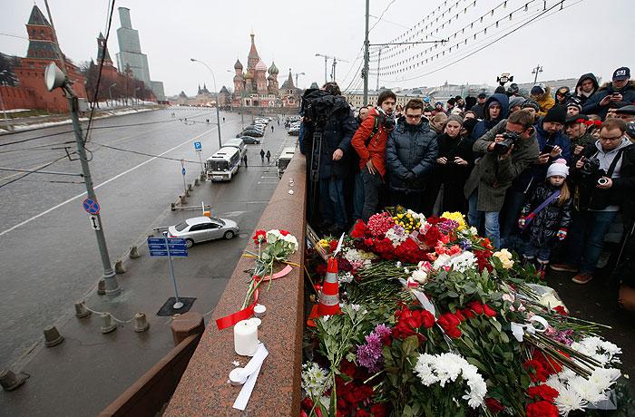 Люди на месте убийства Бориса Немцова в Москве.