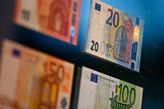 Евро упал ниже 67 рублей на выступлении Драги