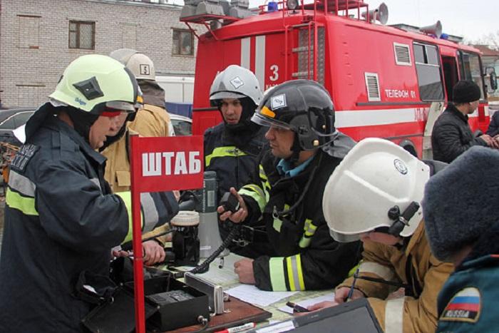 """Более тысячи человек работают на месте пожара в ТЦ """"Адмирал"""" в Казани"""