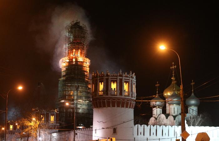 Пожарные остановили огонь на колокольне Новодевичьего монастыря