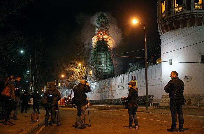 Причиной пожара на колокольне Новодевичьего монастыря назвали короткое замыкание