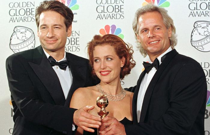 """Актеры Дэвид Духовны и Джиллиан Андерсон и продюсер Крис Картер на церемонии """"Золотой глобус"""" в 1998 году"""