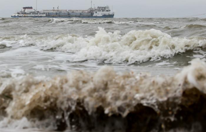 Число жертв крушения траулера в Охотском море возросло до 54 человек