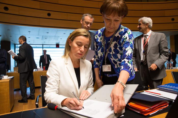 Министр иностранных дел Италии Федерика Могерини (слева) подписывает соглашение по кризису с мигрантами