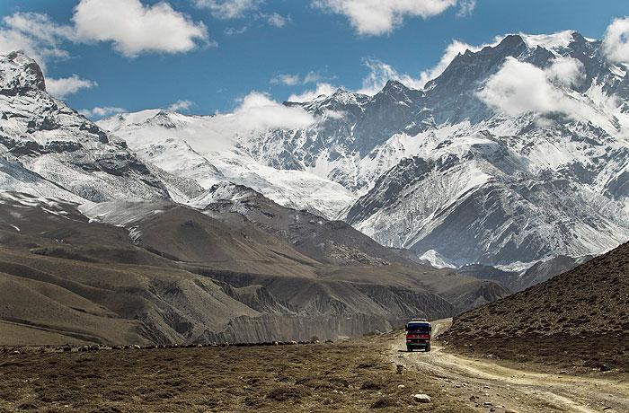 Группа российских альпинистов не вышла на связь после схода лавин в Непале