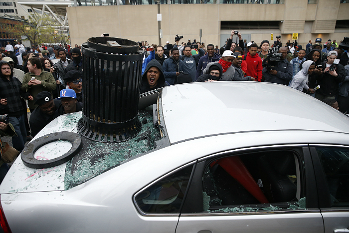 Протесты в Балтиморе закончились беспорядками