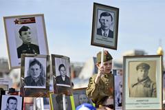 """Создатели """"Бессмертного полка"""" обратились в прокуратуру из-за фотографий с выброшенными плакатами"""