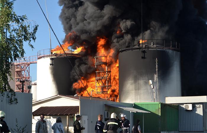 В районе горящей под Киевом нефтебазы начали эвакуацию населения