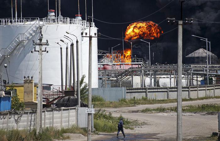 На горящей под Киевом нефтебазе взорвались еще две емкости