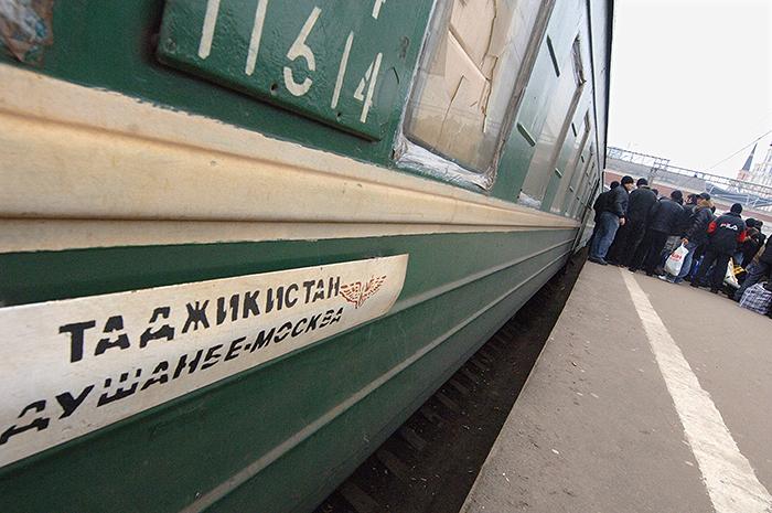 Объем денежных переводов таджикских мигрантов из РФ упал на 42%
