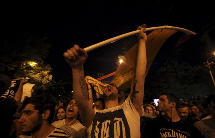 Полиция Армении заявила о провокаторах среди демонстрантов в Ереване