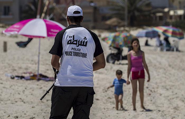 Президент Туниса ввел чрезвычайное положение в стране