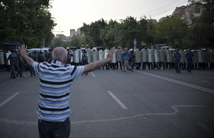 Армянская полиция стянула силы в центр Еревана
