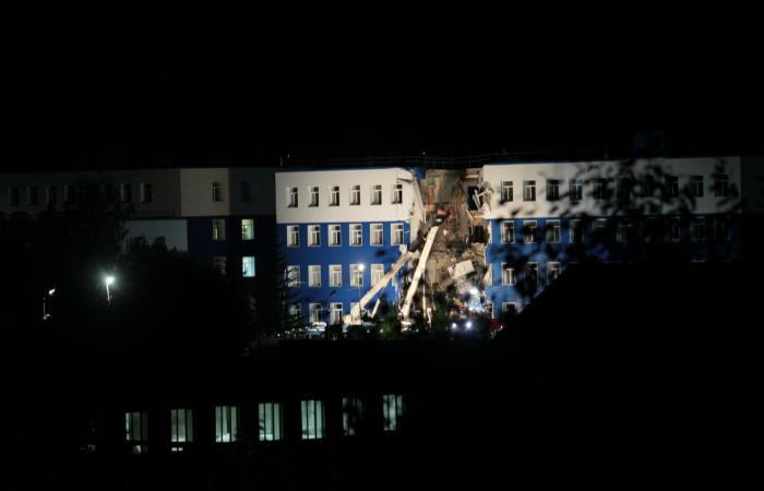 Количество жертв при обрушении казармы в Омской области достигло 12 человек