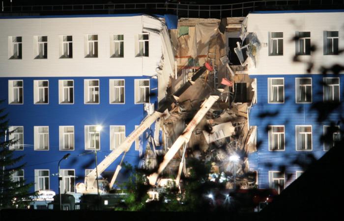 Из-под завалов частично обрушившейся казармы в Омске извлечен 21 человек