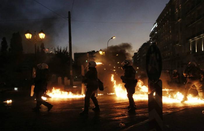Полиция применила против демонстрантов в центре Афин слезоточивый газ
