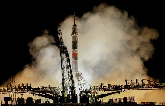 """Корабль """"Союз"""" с международным экипажем причалил к МКС"""