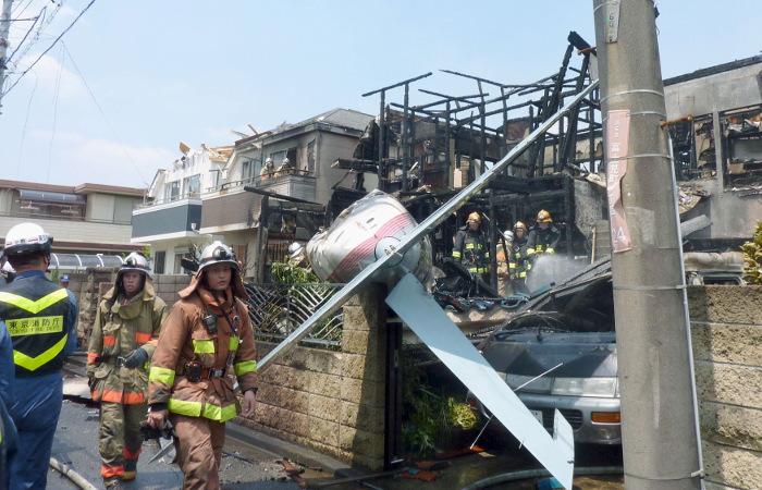 Легкий самолет упал на жилые дома в Токио