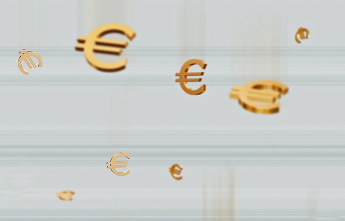 Евро впервые с марта превысил 65 рублей