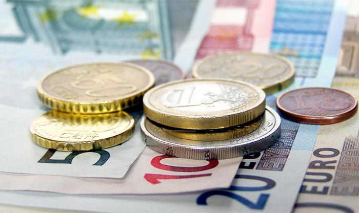 Евро впервые с 11 марта взлетел выше 67 рублей