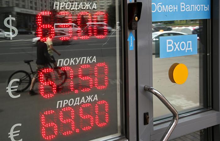 Курс доллара превысил 63 рубля на фоне падения нефти