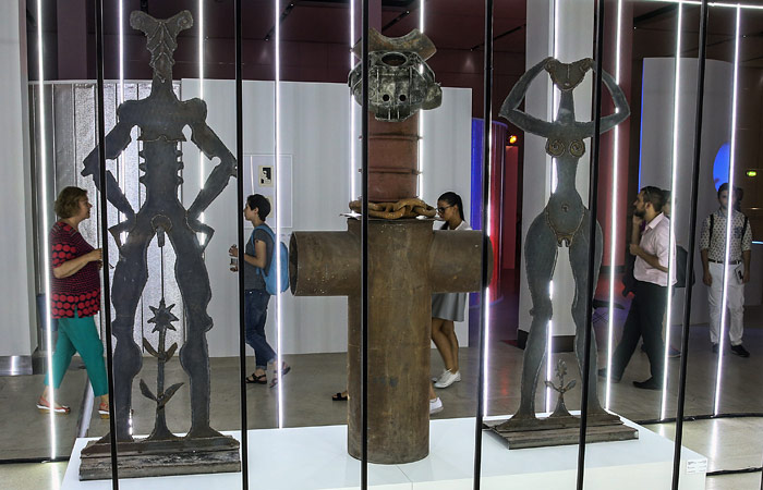 """Православные активисты разбили скульптуры на выставке в """"Манеже"""""""