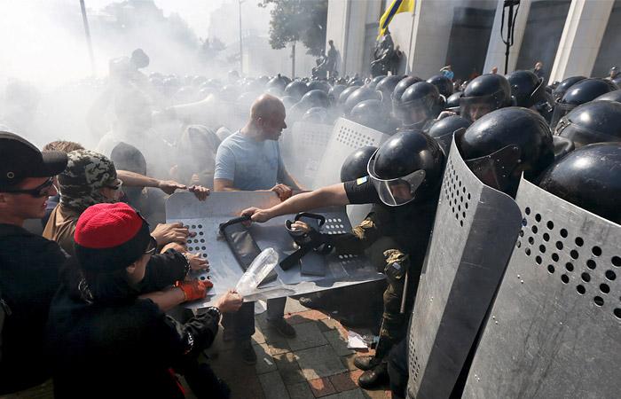 У здания Рады в Киеве ранены более 50 нацгвардейцев