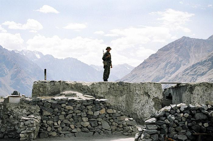 В Таджикистане продолжили искать напавшего на милицию генерала