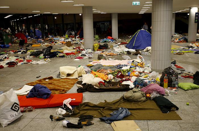 Мигранты начали на автобусах прибывать в Австрию из Венгрии