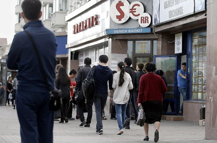 В обменных пунктах Казахстана приостановлена продажа валюты