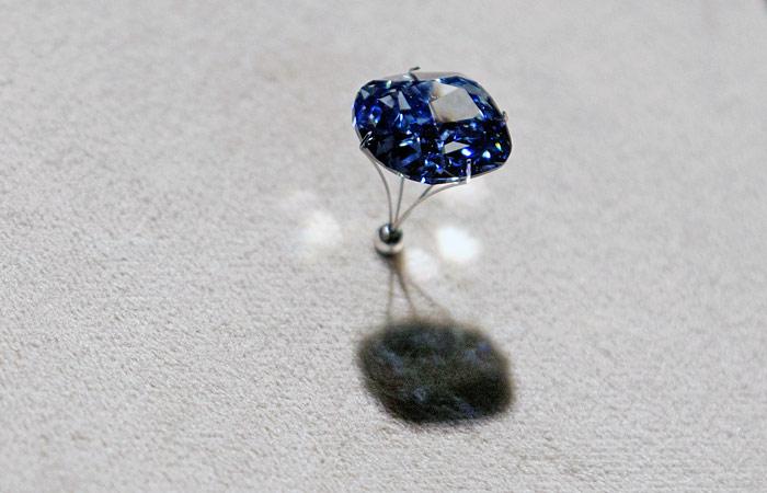 Sotheby`s выставил на торги голубой бриллиант весом более чем 12 карат