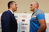 Поединок Кличко с Фьюри перенесли из-за травмы украинца