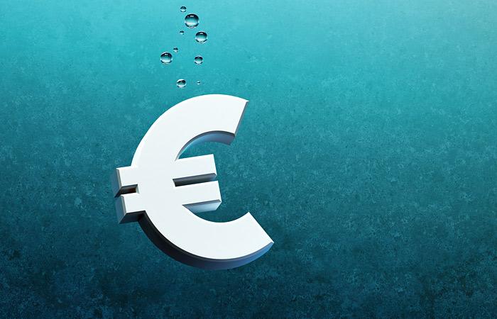 Евро снизился до минимума за месяц