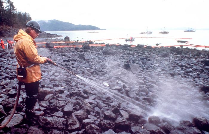 Суд в США признал законным штраф в $236 млн к Exxon за загрязнение вод